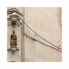 Untitled (hélène chantemerle) Tags: art filélectrique sculpture saint mur niche angle cable beige electricwire wall marseille rue street