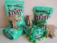 Danbo Loves M&M's Green ! «Hot Under The Candy!» (Damien Saint-é) Tags: toy amazon vinyl pepsi yotsuba danbo calbee amazoncojp revoltech danboard