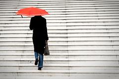 Parapluie rouge  la Dfense (Paolo Pizzimenti) Tags: paris film paolo femme pluie olympus jeans dxo zuiko escalier dfense parapluie grandearche marches pellicule