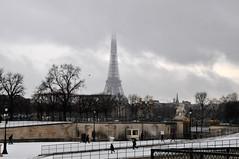 Eiffel Tower from Jardin des Tuileries (m-louis) Tags: park snow paris france tower eiffeltower eiffel latoureiffel jardindestuileries エッフェル塔 bassinoctogonal チュイルリー公園 fr2010