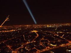 Paris bei Nacht (schremser) Tags: frankreich paris eiffelturm toureiffel aussicht nacht strahler