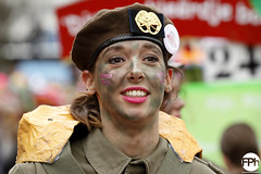 Soldier girl (Frankhuizen Photography) Tags: soldier girl groeëte rogstaekers optocht weert netherlands 2017 straat street candid portret portrait red lipped rode lippen smile glimlach carnaval carnival vastenavond vastelaovond woman vrouw fotografie photography militair soldaat