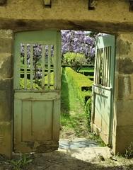 Toute porte de sortie est une porte d'entrée sur autre chose (La Magie Du Moment) Tags: viane tarn tranquille ouvert porte lila flore fleurs fleur extérieur beau bois jardin