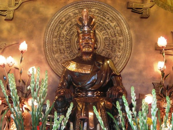 Tượng Vua Hùng trong đền tưởng niệm các Vua Hùng trong công viên Tao Đàn.