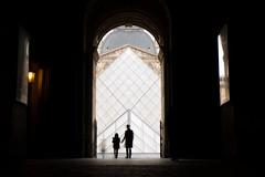 LOUVRE_MUSEE (lonewolf_studio) Tags: paris louvre musée museum silueta pyramide longexposure francia france europe fotografia photography streetphotography duelo xataka ngc