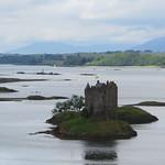 Castle Stalker (XIVe), le loch Laich et le loch Lynnhe,  Argyll and Bute, Ecosse, Royaume-Uni. thumbnail
