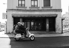 AVISPADOS (oskarRLS (nikondosh)) Tags: vespa vespino notorbike motorcycle moto street blancoynegro balckwhite calle men speed rolling rodar