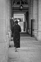 Une femme à l'académie de la mode du Palais Royal (Paolo Pizzimenti) Tags: femmemode homme dragon vitrine élégance barbe casque paris paolo olympus zuiko penf 25mm f18 film pellicule argentique m43 mirrorless doisneau