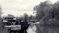 Quand l'eau coule, la vie continue. (Un jour en France) Tags: eau rivière paysage péniche monochrome