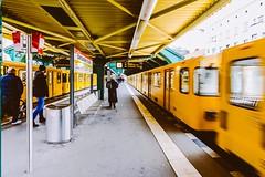 Kurzzug hält vorn (DOKTOR WAUMIAU) Tags: d7200 ishootraw nikon berlin bvg eberswalderstrasse lightroom subway tokina1116 ubahn ultrawide vscofilm weilwirdichlieben wideangle