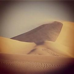 El mismo viento que nos erosiona día a día convirtiéndonos en diminutos trocitos nos lleva hacia nuevos mundos donde la realidad del espejismo es más necesaria que el aire que respiramos.