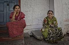 KARNATAKA : DEUX FEMMES (pierre.arnoldi) Tags: inde india indiennes pierrearnoldi photoderue photooriginale photocouleur