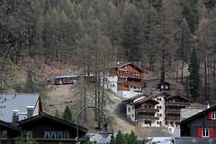 Triebwagen Bhe 4/8 3042 der Gornergratbahn GGB ( Zahnradtriebwagen - Zahnradbahn 1000mm - Hersteller SLM Nr. 4515 - Baujahr 1964- Triebzug ) im Dorf Zermatt im Mattertal - Nikolaital im Kanton Wallis - Valais der Schweiz (chrchr_75) Tags: hurni christoph chrchr chrchr75 chrigu chriguhurni april 2017 albumbahnenderschweiz201716 albumbahnenderschweiz schweizer bahnen eisenbahn bahn schweiz suisse switzerland svizzera suissa swiss albumggbgornergratbahn chriguhurnibluemailch kantonwallis kantonvalais wallis valais zahnradbahn train treno zug juna zoug trainen tog tren поезд lokomotive паровоз locomotora lok lokomotiv locomotief locomotiva locomotive railway rautatie chemin de fer ferrovia 鉄道 spoorweg железнодорожный centralstation ferroviaria