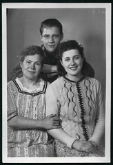 Archiv M440 Mutter, Tochter und Sohn, 1930er (Hans-Michael Tappen) Tags: archivhansmichaeltappen mutter tochter sohn kleidung strickjacke outfit frisur familienfoto 1930s 1930er