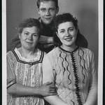 Archiv M440 Mutter, Tochter und Sohn, 1930er thumbnail