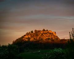 The evening sun just before sunset last sunlight on the ruins of Hohentwiel #hohentwiel #hegau #hegauberge #beautifuldestinations  #nikon #nikontop #nikontop_ #nikon #nikonphotography #nikon_photography #nature #natur #naturelovers #folow_the_grey_sky #fa (foto.brauneder) Tags: nikon beforesunset nikonphotography hohentwiel folowthegreysky hegau pixcrew sunlight nikontop hegauberge nature pixphotos natur surisesunsetsaroundworld naturelovers beautifuldestinations sunset sunsetsblacky hegaulanschaft sky iggreatpics skyporn fafadeaway hilzingen lastsunshine explorehegau