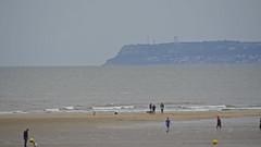 2016.06.29.031 TROUVILLE - La plage, au fond Le Havre (alainmichot93 (Bonjour à tous - Hello everyone)) Tags: 2016 france normandie calvados trouvillesurmer plage mer mar manche horizon falaise