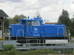 1959 dieselhydraulische Rangierlokomotive 363 028-0 DB-Baureihe V60 (ex V60 043, ex 261 043-4, ex 361 043-3, ex 365 043-9, ex 363 043-1) von Maschinenfabrik Esslingen Werk-Nr. 5271 bei Eisenbahnfreunde Wismar Hauptbahnhof Bahnhofstraße in 23966 Wismar (Bergfels) Tags: ex ps db wismar 1959 kw esslingen maschine lokomotive maybach dieselengine brd masse geschwindigkeit rangierlok deutschebundesbahn v60 5271 beschriftet 1950er 23966 leistung rangierlokomotive dieselmotor maschinenfabrik eisenbahnfreunde dieselhydraulisch lüp normalspur technischesdenkmal schienenfahrzeug 12zylinder werknr bergfels bahnhofstrase 20jh zwölfzylinder produktionsbeginn stückzahl produktionszeitraum dbbaureihe grosemaschine anfahrzugkraft lokbilder 3630280 dreiachsig 3630431 achsfolge achsformel radsatzfahrmasse treibstoffvorrat treibraddurchmesser kraftstoffvorrat produziertestückzahl v60043 2610434 3610433 3650439 988033630431dpress achsfolgec gto6