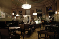 Mitternacht im Cafe Westend (LichtEinfall) Tags: wien café cafewestend raperre img9847westendfff15halb