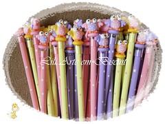 Lpis corujinha (Lili Arte em biscuit) Tags: rosa amarelo biscuit coruja lpis lils prendedor grampo aplique fecha pregador corujinha ponteira