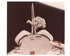 41B_v_c_o_TPMBK (unmarked, S84-27023 eq) (apollo_4ever) Tags: sts41b rocketman lockheedmartin mmu mannedmaneuveringunit emu extravehicularmobilityunit earthslimb brucemccandless ov099 orbitervehicle spaceshuttlechallenger spacewalker spacewalk spaceflight eva extravehicularactivity spaceshuttle sts spacetransportationsystem