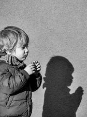 Nourrir sa doublure (jeanclaude-Betapixel) Tags: shadow ombre enfance child panasoniclumixgx8 portrait