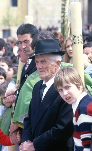"""Sulmona (AQ), 1979, La """"Madonna che scappa in piazza"""": gli spettatori."""