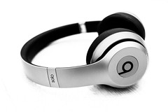 52 52project beats dre apple headset solo headphone wireless bluetooth off music highkey closeup silent silence confortable confort hear hears respect design fashion accessories bw bnw black white blackwhite blackandwhite monochrome light indoor inside object canon eos 100d 24mm prime