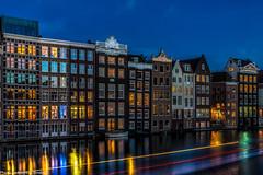 Damrak mit Lichtstreifen eines Ausflugsboot (AnBind) Tags: holland niederlande netherlands amsterdam april noordholland nl 2017 urlaub reise travel blauestunde