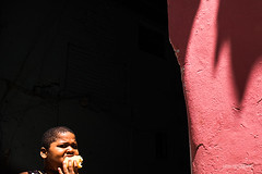 Comida (Saurí) Tags: cuba caribe habana children niño streetphotography street callejeando calle shadows lightdark