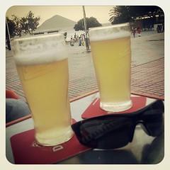 El mejor comienzo del verano posible!!!!... playita, cervecitas y final de españa a la orilla del mar #quesuerteviviraqui