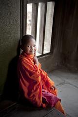 C129 Cambodian monk boy - Angkor Wat (VesperTokyo) Tags: boy portrait orange window smiling asia cambodia cambodian child monk angkorwat 寺院 siemreap buddhisttemple hindutemple 仏教 shavenhead novicemonk 少年 youngmonk 出家 僧侶 nikond3
