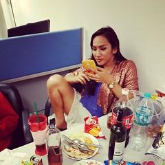ท่ากระเทยไทยนั่งเล่นโซเชี่ยลมีเดีย (Thai Lady Boy sit while Browse social media) @nancy_sexy