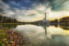 IMG_8123 ~ kembali (alongbc) Tags: mosque floatingmosque water lake building architecture kualaibai kualaterengganu terengganu malaysia sunset sundown clouds sky travel places trip canon eos700d canoneos700d canonlens 10mm18mm wideangle