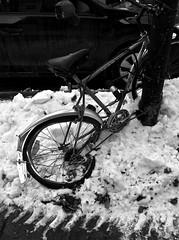 Maudit hiver !/Damn Winter ! (bob august) Tags: 2017 2017©rpd'aoust aperture3 bw bike blackwhite hiver iphone iphone4 montréal neige noiretblanc scrap snow vélo villeray winter
