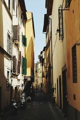 Callejón con salida (Lady Smirnoff) Tags: italia italy alley callejón edificios buildings estrecho narrow
