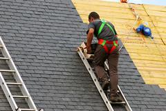 Un couvreur (Alliedconstructionny) Tags: toiture couvreur ardoise toit charpente couverture ardoisier échelle ouvrier schiste france