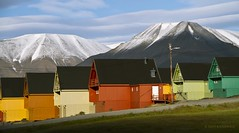Longyearbyen - capital of Svalbard (Jean Ka) Tags: schnee houses snow mountains cold montagne landscape photography photo colours foto couleurs north norden svalbard arctic berge neige paysage maison kalt froid spitsbergen farben huser spitzbergen spitzberg grandnord
