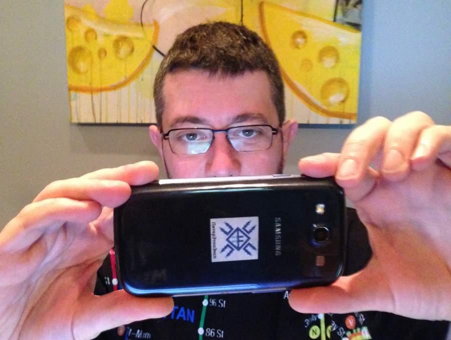 Тёма фотографирует меня на Samsung с брендом ПитерЭтноЭкспа