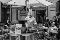 Street chef (Tiziano Caviglia) Tags: savona rivieradellepalme liguria chef cuoco streetfood streetphotography persone people caffèduemerli cibodistrada mestieri crafts viapia cucina cuisine aperitivo apéritif