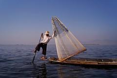 Lac Inle - pêcheur Intha 35 (luco*) Tags: myanmar birmanie burma lac inle lake pêcheur fisherman intha homme man pirogue bateau bota filet nasse flickraward flickraward5 flickrawardgallery