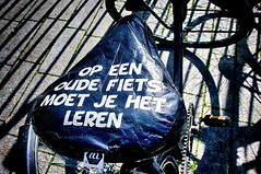 Wat leren ? (roberke) Tags: bike fiets zadel tekst text detail sunlight zonnig zonlicht outdoor closeup fun lol