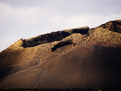 vulcano_close_up (Joerg Esper) Tags: costateguise canarias spanien es lanzarote vulcano vulkan landscape landschaft natur nature canary canaryislands volcánelcuervo olympus olympusomdem1 olympusmzuikodigitaled40‑150mm140‑56r mountain mountains berg montana montaña