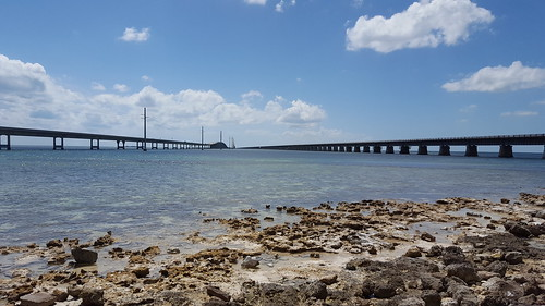 New 7 Mile Bridge on the left, Flagler's bridge on the right