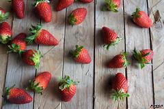 Strawberries (rossoz) Tags: fragole strawberries frutta fruits legno wood rosso red cibo food foodphotography stilllife verde green