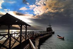 Praia de Laranjeiras / B. Camboriú (alestaleiro) Tags: laranjeiras balneário camboriú barco pirata entardecer sc ocaso sunset boat trapiche muelle pier ocean mar sea céu cielo clouds nuvens nubes alestaleiro brazil brasil