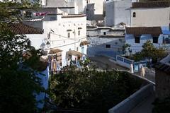 Barrios de Chaouen. (ramosblancor) Tags: humanos humans pueblos villages towns rif color azul blanco blue white puente bridge chefchaouen marruecos morocco historia history arquitectura architecture