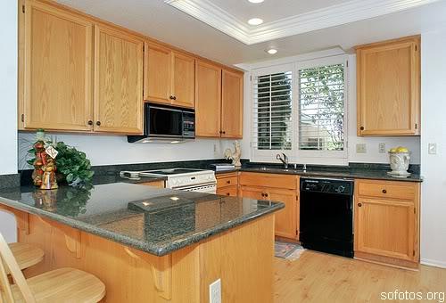 Cozinhas planejadas de madeira com granito