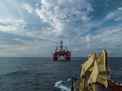 Helper connected to Blackford Dolphin bridle (SPMac) Tags: up mobile dolphin offshore pins move cranes deck wires rig fred anchor tug asa tow olsen towing blackford supply unit helipad drilling bridle helper backing handling derreck maersk semisub modu ahts towage driiling offhshore