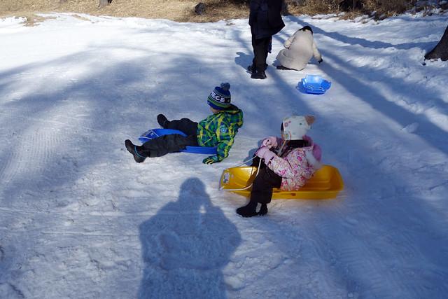 富士見高原スキー場でソリ遊び